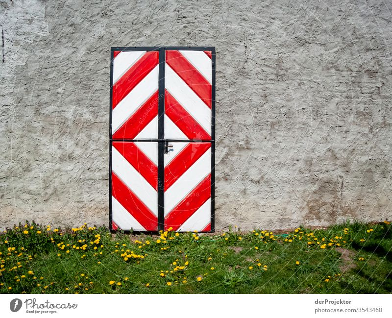 Bunte Tür in Brandenburg gehöft Zentralperspektive Textfreiraum Mitte Textfreiraum oben Textfreiraum rechts Textfreiraum unten Starke Tiefenschärfe Licht Tag