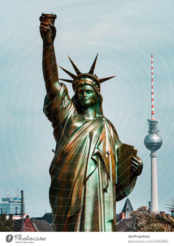 Die Freiheitsstatue mit Fernsehturm - seltener Anblick Schatten Coolness Kraft Mut außergewöhnlich Erfolg Tatkraft trendy selbstbewußt ästhetisch Menschenleer