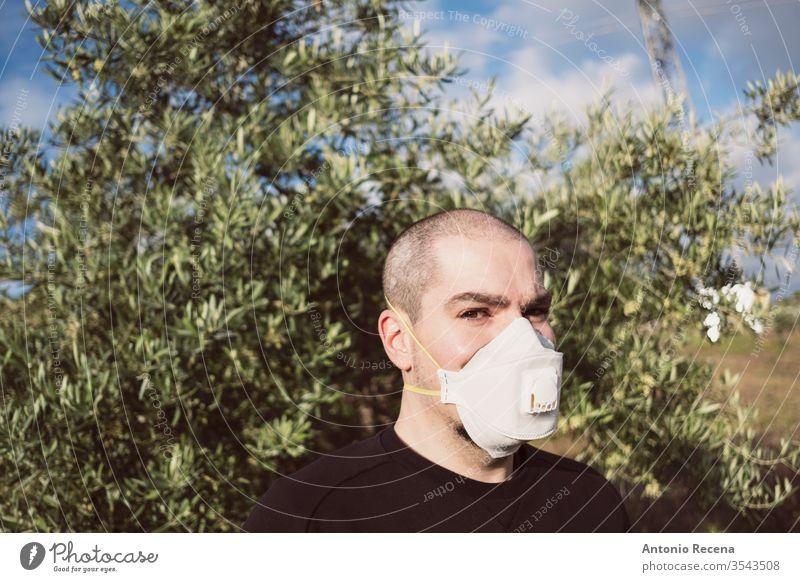 Mann mit Hygienemaske mit möglicher Olivenallergie oder Angst vor Coronavirus Mundschutz Chirurgie sanitär Gesundheit Virus Verschmutzung Pollen Allergie