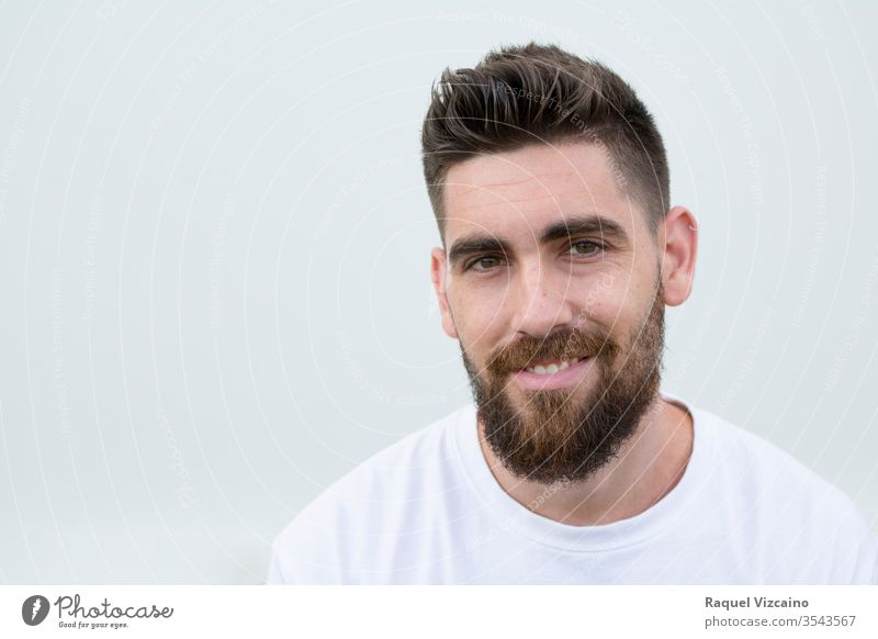 Porträt eines sehr gut aussehenden, lächelnden und glücklichen kaukasischen Mannes mit Bart und weißem Hemd. Gesicht vereinzelt jung gutaussehend Menschen Typ