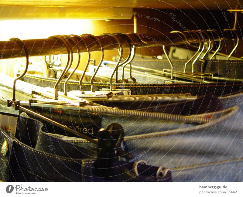 An der Stange Kleiderständer Bekleidung anziehen Kleiderbügel Ladengeschäft Häusliches Leben