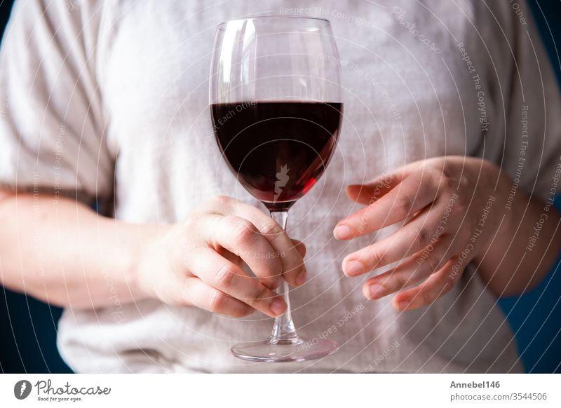 Porträt einer jungen Frau mit einem Glas Rotwein in der Hand vor blauer Wand, Hintergrund Familie Business Mode Party Liebe Lebensmittel Person Mädchen Roséwein