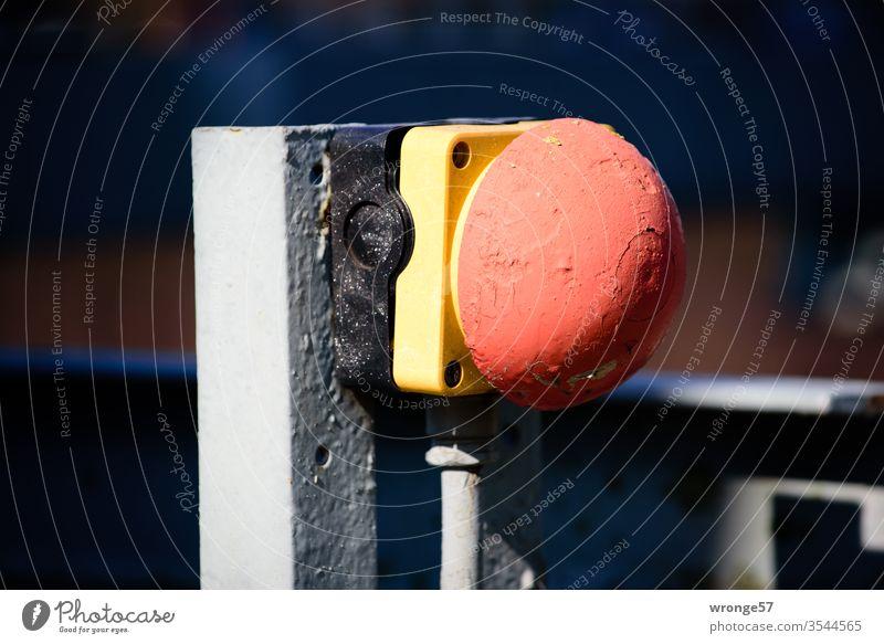 Notaustaster an einer Stahlkonstruktion Notausschalter Sicherheitsschalter Sicherheitstaster Winkeleisen Industrie Farbfoto bunt rot gelb mehrfarbig