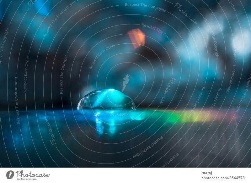 Tropfen in Blau und Bunt Wassertropfen Reflexion & Spiegelung Lichtbrechung Surrealismus Experiment Lichterscheinung Farbfoto mehrfarbig trashig