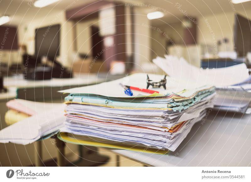 Arbeitsansammlung auf dem Schreibtisch Anhäufung Büro Papier wirklich Aufzeichnungen Dateien Tampon frankieren Tisch Papierkram Heftklammerer Aktenordner