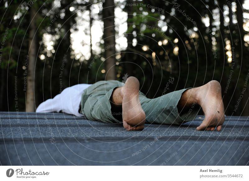 Mann liegt bäuchlings auf einem Dach Ruhe ruhig Ruhe bewahren Außenaufnahme Erholung Gelassenheit schweigen Einsamkeit gemütsruhe Tag stoische ruhe Untätigkeit