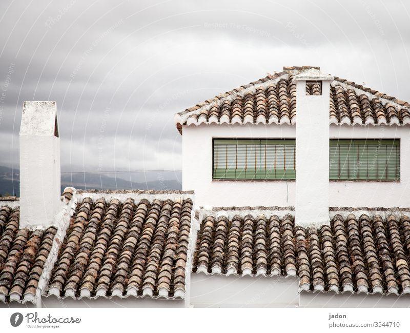 architektur, mediterran. Dach Dachziegel Architektur rot Haus Außenaufnahme Farbfoto Gebäude Menschenleer Tag Bauwerk Stadt Fenster Fassade alt historisch