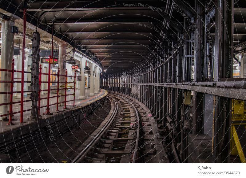U Bahn Tunnel in New York. bahn tunnel station u-bahn zug eisenbahn verkehr reisen underground stadt transport schiene ubahn gleis manhattan amerika