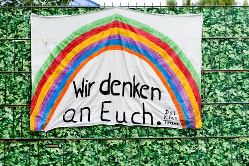 Wir denken an Euch| Leinwand mit Regenbogen an einer KiTa Einrichtung Plakat Banner Bettlaken Corona Covid 19 Coronavirus Pandemie Infektion Infektionsgefahr