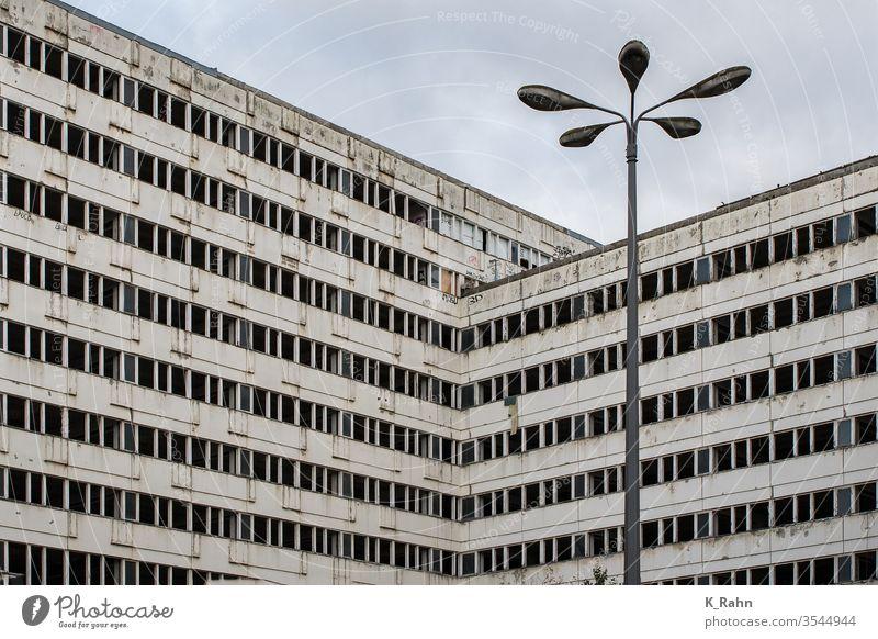 DDR-Plattenbau in Berlin berlin fassade ddr plattenbau deutsch haus zuhause mehrfamilienhaus blöcke kaputt wohnen besitz gebäude teller architektur stadt