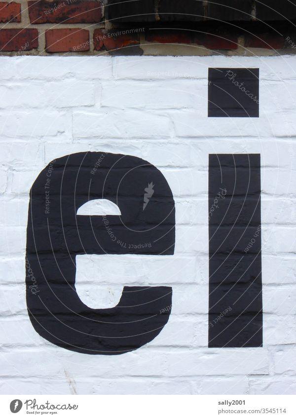ei... Buchstaben Schrift Aufschrift Wand Fassade schwarz-weiss schwarz auf weiß Backsteinwand groß Kleinbuchstaben Druckschrift Mauer Schriftzeichen Wort