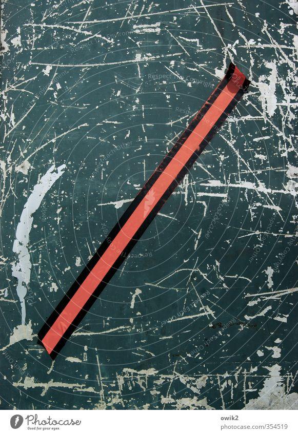 Logo Metall Zeichen Schilder & Markierungen alt blau rot kleben Klebestreifen Folie Kratzer Spuren Abnutzung Zahn der Zeit Rückseite diagonal Neigung Linie