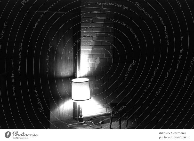 erleuchtetes Zimmer Wand Mauer Raum Häusliches Leben geheimnisvoll unheimlich Lampenschirm