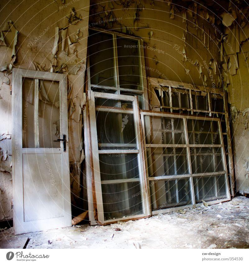 WINDOWS vs. THE DOOR alt Haus Fenster Wand Traurigkeit Architektur Mauer Gebäude grau braun Tür kaputt historisch hässlich Ordnungsliebe unbeständig