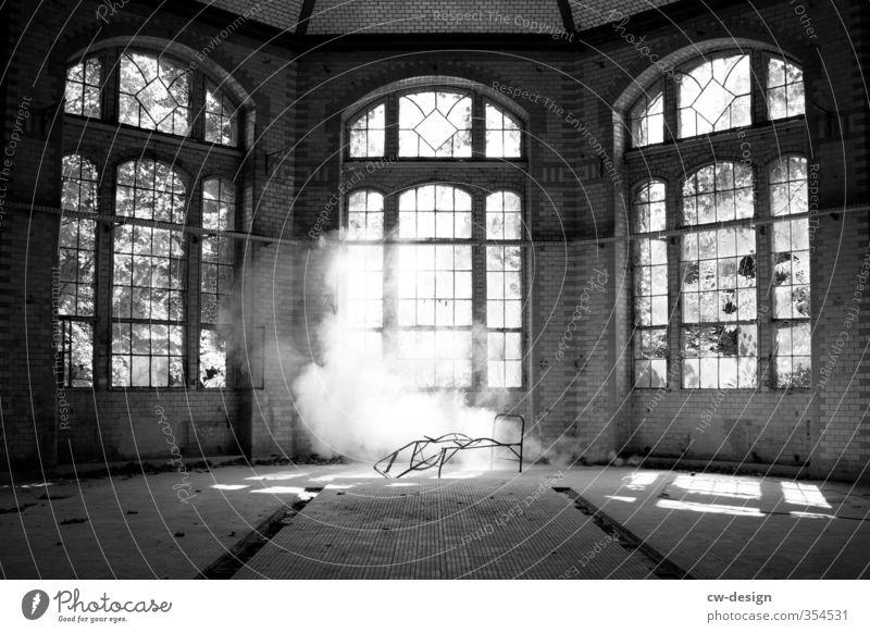 Das Gespenst unterm Bett alt weiß Haus schwarz Wand Architektur Innenarchitektur Mauer Gebäude Wohnung Nebel Häusliches Leben Umzug (Wohnungswechsel) Bauwerk