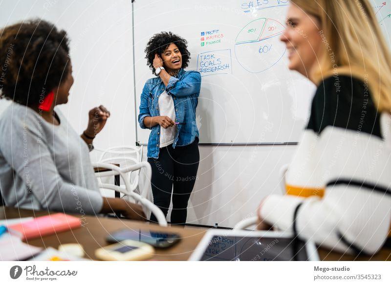 Managerin, die eine Brainstorming-Sitzung leitet. planen Business forschen Mitarbeiter Beruf Zusammenarbeit Blei Tagung Führung professionell Lösung Ideen