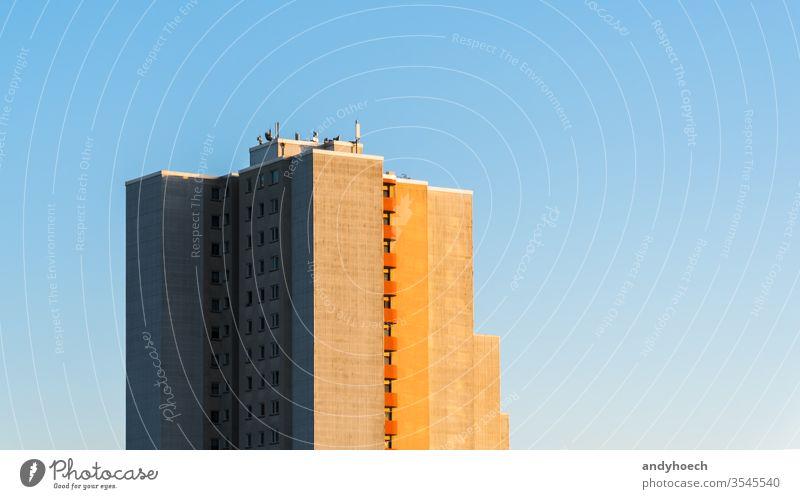 Der Wolkenkratzer an einem Sommertag Appartement Architektur Hintergrund Balkone Klotz blau Gebäude erbaut Business Großstadt Stadtbild Sauberkeit übersichtlich