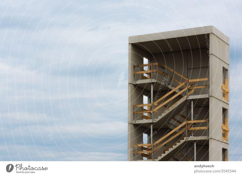 das Treppenhaus und der Himmel einer Baustelle Appartement Architektur bauen Gebäude erbaut Zement Großstadt Wolkenlandschaft Beton Konstruktion Kontrast Kopie