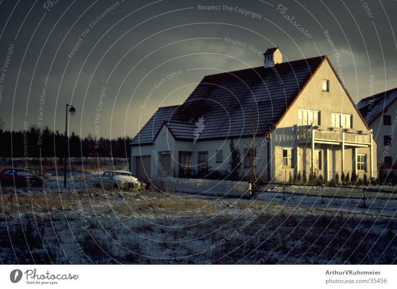Haus im Winteranfang Wolken Schnee Stimmung Architektur einzeln Einfamilienhaus Wintersonne