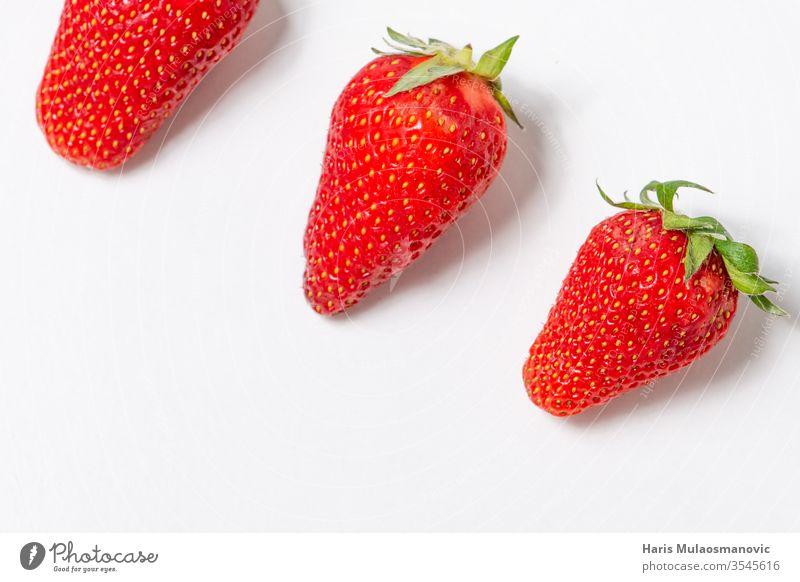 Isolierte Erdbeeren auf weißem Hintergrund mit Kopierraum Beeren Schalen & Schüsseln Nahaufnahme Textfreiraum lecker Dessert Diät Lebensmittel frisch Frucht