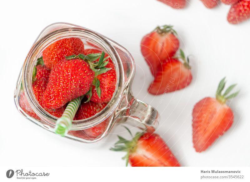 Glas voller Erdbeeren, Konzept-Fruchtsmoothie, gesunder Saft Hintergrund Beeren Schalen & Schüsseln Nahaufnahme Cocktail Textfreiraum lecker Dessert Diät