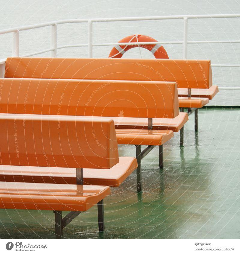freie platzwahl Verkehr Schifffahrt Fähre An Bord maritim Bank Sitzgelegenheit Überfahrt Schwimmhilfe Rettungsring Sicherheit Reling Geländer orange leer