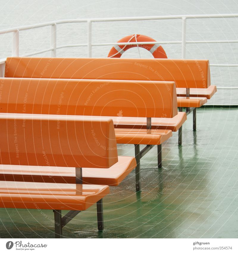 freie platzwahl Wasser Meer Wasserfahrzeug orange Verkehr leer Sicherheit Geländer Kunststoff Bank Schifffahrt Sitzgelegenheit Reling schlechtes Wetter Fähre
