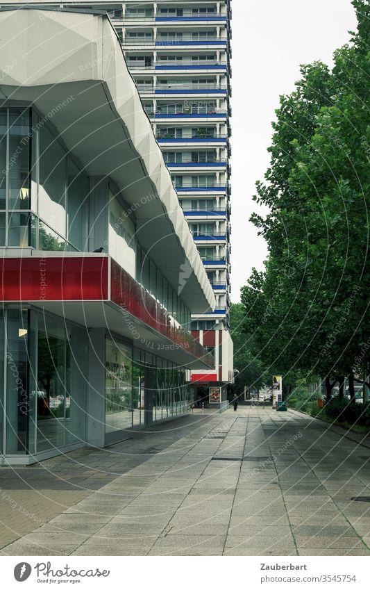Gehweg, Fassade und Hochhaus mit perspektivischem Blick in Berlin-Mitte Perspektive Zentralperspektive DDR sozialistisch modern Platten Straße Weg rot grau