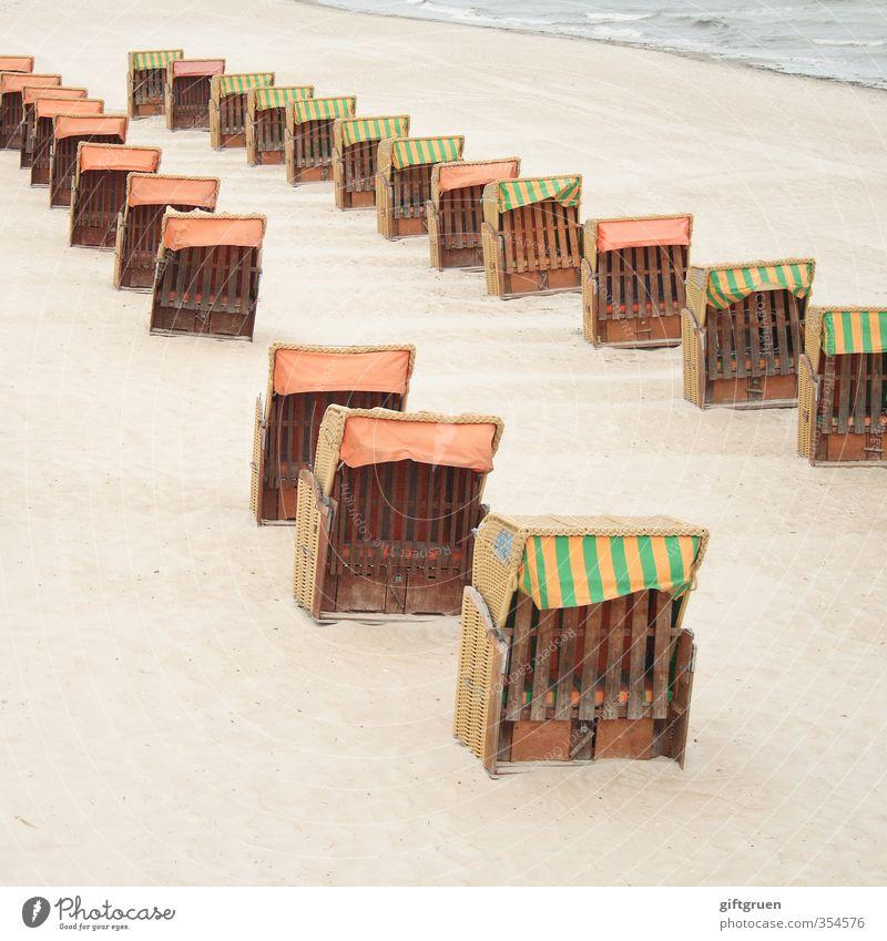 zweierreihe Umwelt Natur Landschaft Urelemente Sand Wasser Wellen Küste Strand Nordsee Ordnung Strandkorb Sitzgelegenheit Sandstrand Saisonende Reihe Lücke