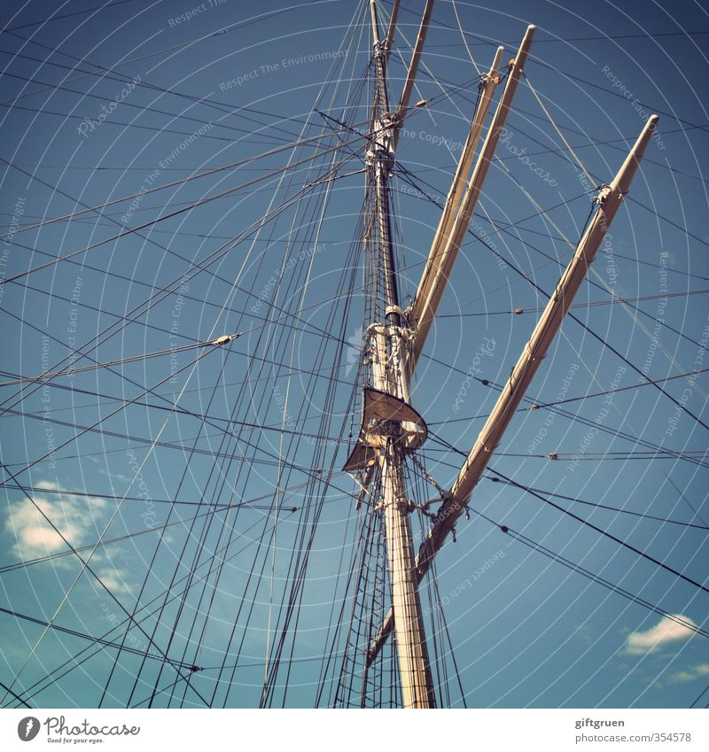 kreuz und quer Schifffahrt Jacht Hafen alt Segelboot Wasserfahrzeug Mast Takelage Seil Himmel blau himmelblau Wolken Wanten Bootsfahrt Ausflug Ausflugsschiff