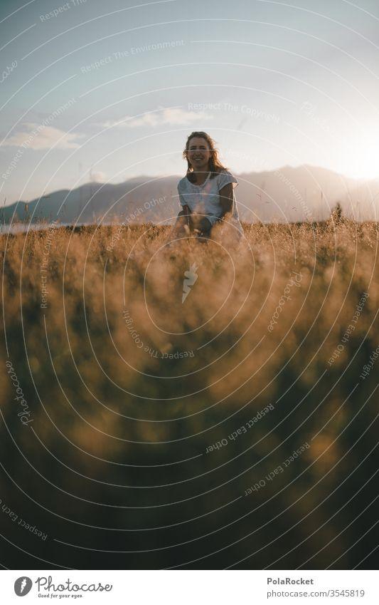 #As# sitting Feld Sommer Sonnenuntergang Wiese Feldrand sitzen Natur Außenaufnahme Farbfoto Schönes Wetter Frau Freiheit genießen Model Landschaft
