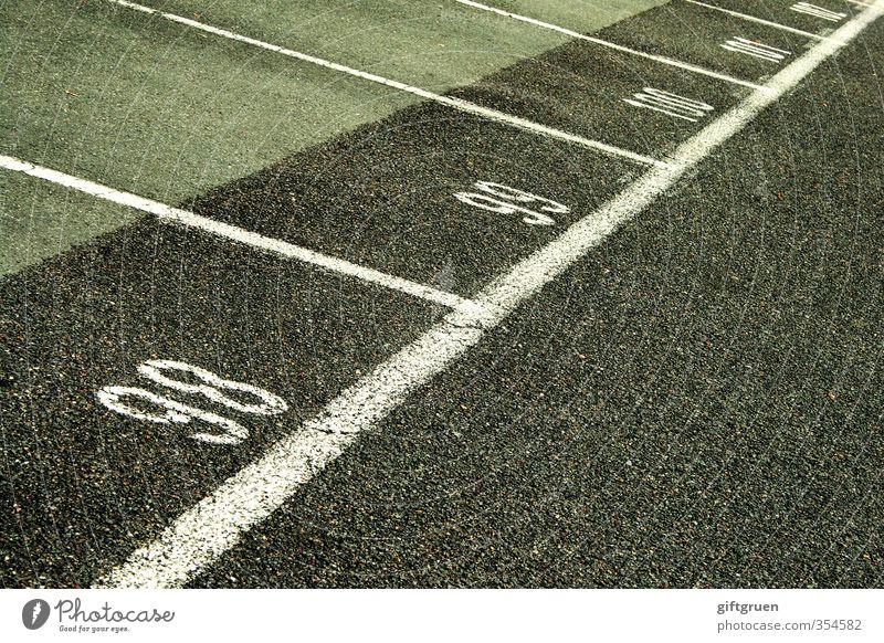 circa hundert Stadt Verkehr Verkehrswege Straßenverkehr Autofahren Parkplatz Parkplatznummer parken Ziffern & Zahlen Schriftzeichen Teilung Ordnung Linie