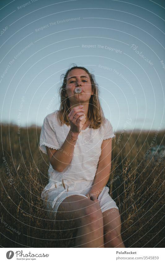 #As# Pusteblume pusteblumen Frau pusten Wiese sitzen Feld weiß Kleid blond Natur Außenaufnahme Farbfoto Erwachsene Junge Frau Sommer