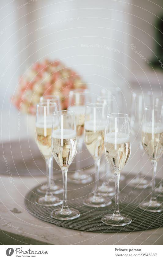 Gläser mit Champagnerständer auf dem Tisch, die eine festliche Stimmung erzeugen, festlicher Hintergrund, Kopierraum für Text, Kopierraum , vertikal Alkohol
