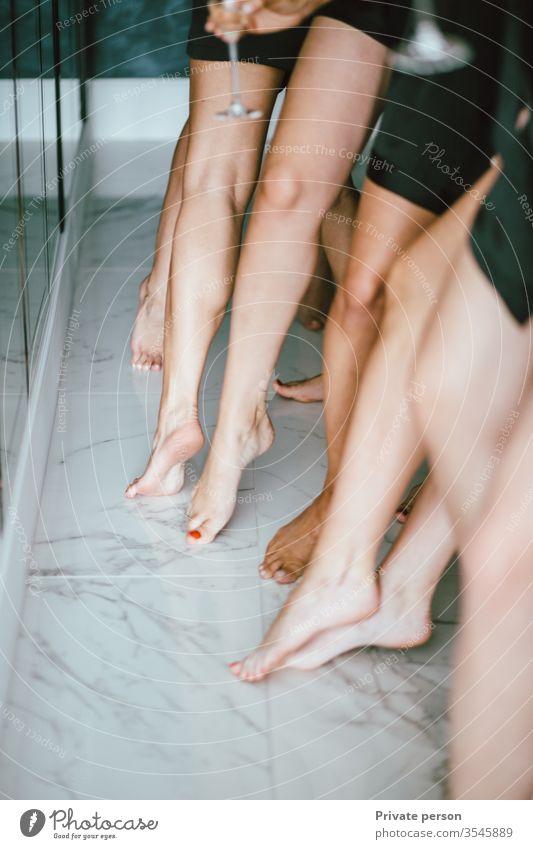 Mädchen in kleinen schwarzen Kleidchen zeigen schlanke Mädchenbeine, Kopierraum für Text, Kopierraum , Vertikal Barfuß schön Schönheit Körper Pflege heiter