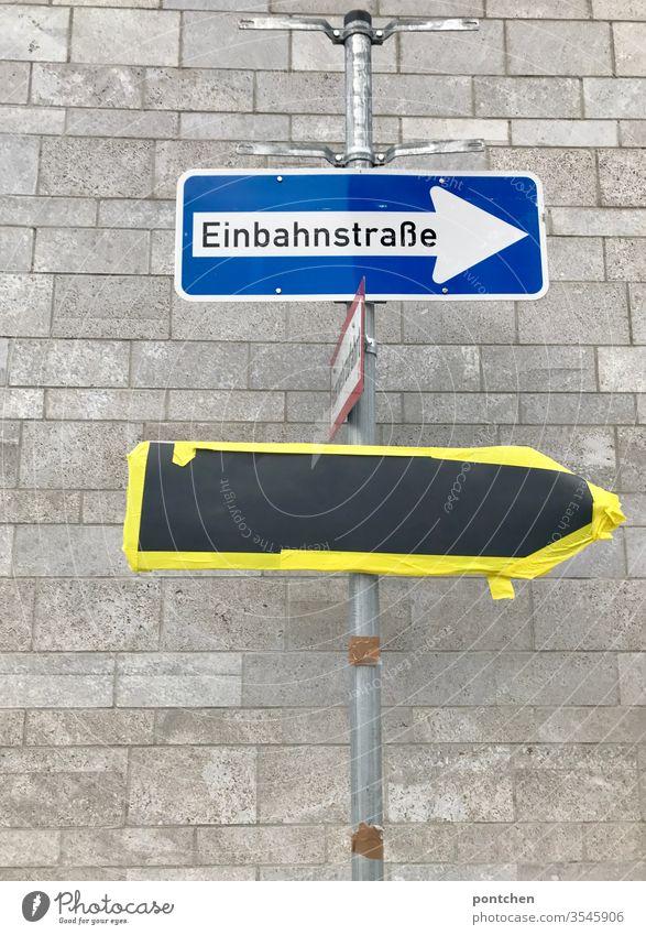 Straßenschild Einbahnstraße befestigt an einer Stange. Darunter hängt ein angeklebtes Schild. Baustelle. Verkehrssituation verkehrsschild Verkehrszeichen
