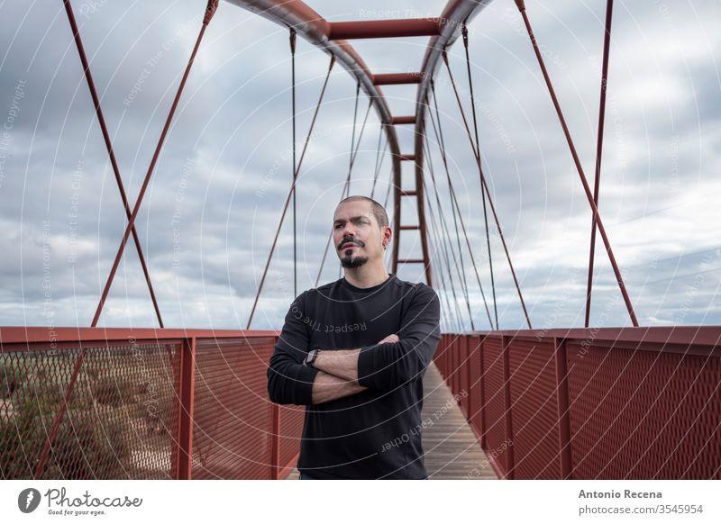 Kahlköpfiger, kühler Mann im Porträt einer Fußgängerbrücke Brücke kahl Freizeitkleidung Tag tagsüber Ethnizität Mode modisch gutaussehend Glück Spanien