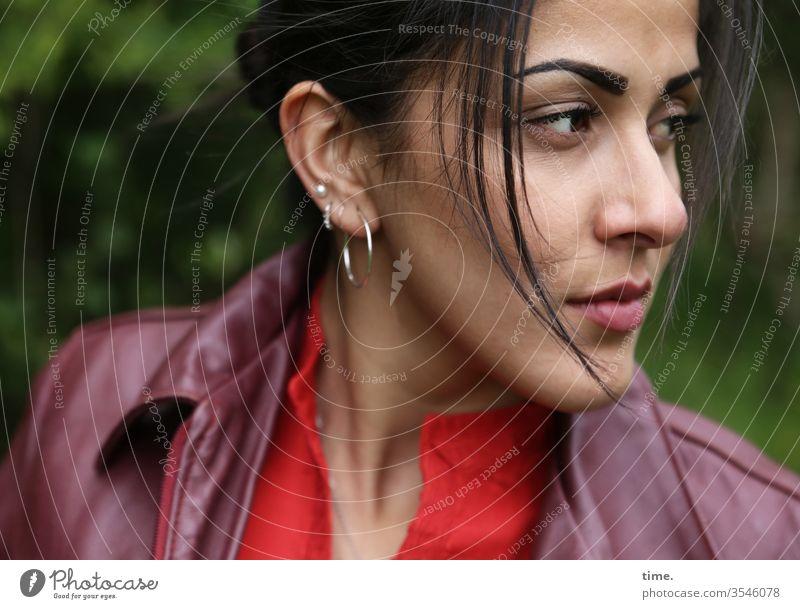 ein Blick aus der Nähe frau portrait halbprofil jacke schauen skeptisch ohrring schwarzhaarig langhaarig zopf kritisch