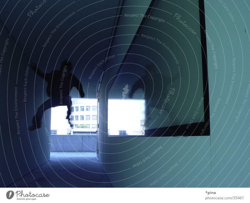 und hopp! Mensch Architektur springen Spiegel Surrealismus falsch Selbstportrait Gang