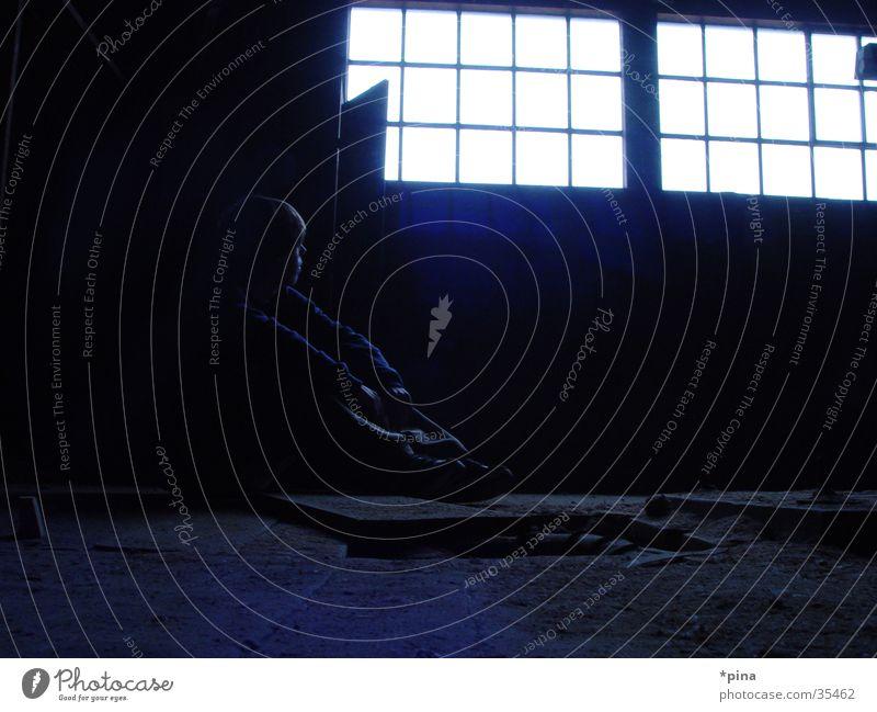 lichtblick Mann alt Einsamkeit dunkel Fenster Denken planen sitzen Fabrik kaputt bedrohlich Sehnsucht Gedanke unheimlich spukhaft Lichtblick