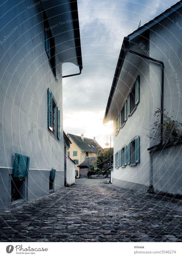 Dorfgasse Straße Schweiz Zürich See Farbfoto blau Reflexion & Spiegelung dunkel Stadt Himmel Außenaufnahme Architektur Abend Schatten schwarz Licht Gebäude
