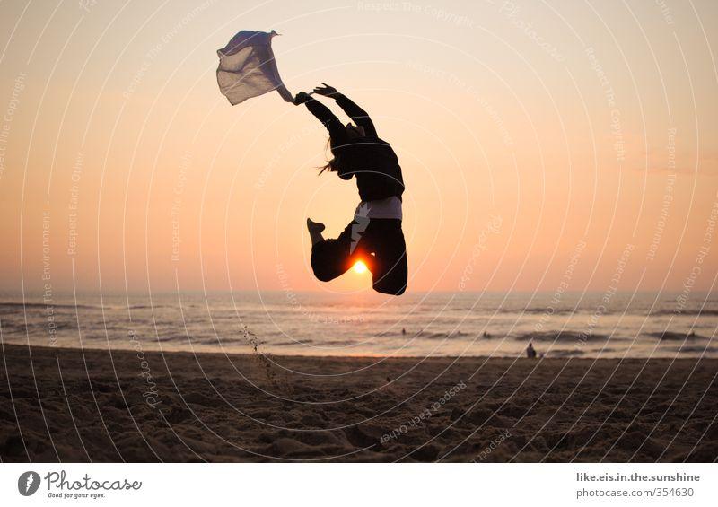sommerferienglücksmoment Mensch Jugendliche Ferien & Urlaub & Reisen Sommer Meer Freude Strand Junge Frau Erwachsene Ferne Leben 18-30 Jahre feminin Freiheit Glück springen