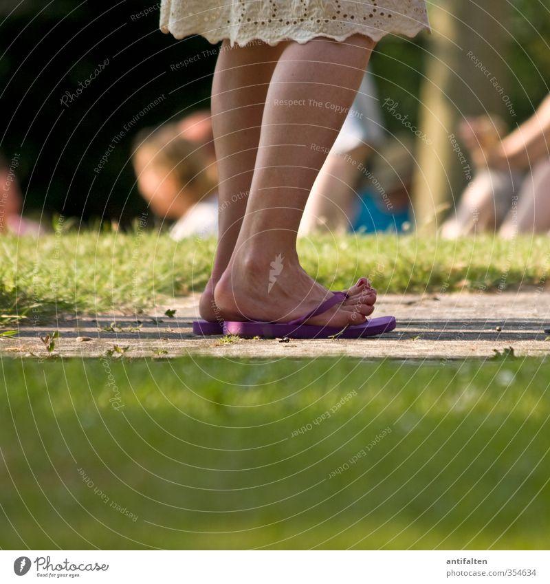 Dancing toes Mensch feminin Junge Frau Jugendliche Erwachsene Leben Körper Beine Fuß Zehen Zehennagel Zehenspitze 1 18-30 Jahre Sommer Schönes Wetter Baum Gras