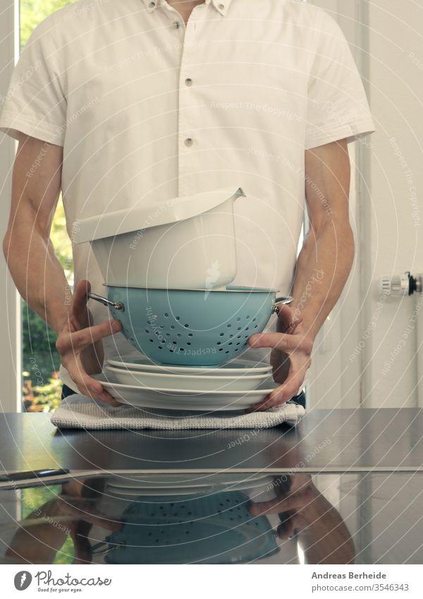 Ein Mann mittleren Alters in einer Küche Beteiligung Geschirrspülen Gerät Dienst tragen Ehemann Lächeln Waschbecken Europäer männlich Aktivität Haus
