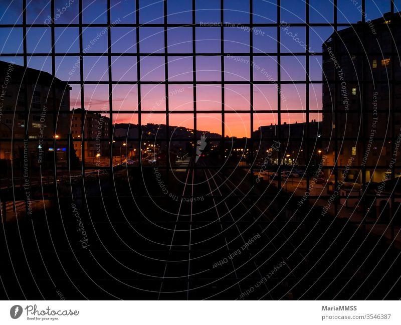 Zuggleise bei Sonnenuntergang von einer Brücke aus gesehen Bahngleise Sonnenlicht Sonnenuntergangslicht Sonnenuntergangshimmel farbenfroh Farbverlauf natürlich