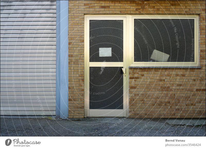 Geschlossener Eingang Ladengeschäft pleite Menschenleer Fenster Farbfoto Fassade Tür Wand Gebäude geschlossen verlassen Mauer Steine Garage Werkstatt Industrie