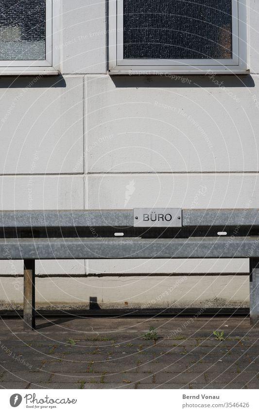 Parkplatz Büro trist grau Alltag Menschenleer Außenaufnahme Tag Wand Gebäude Mauer Haus Fassade Schilder & Markierungen reserviert Leitplanke Beton office
