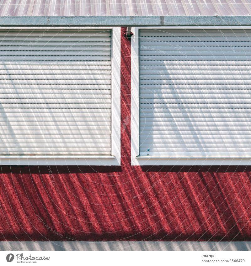 Don´t lock me down Lockdown Fassade Rollladen geschlossen Schatten Fenster Haus Jalousie Rollo rot weiß Streifen