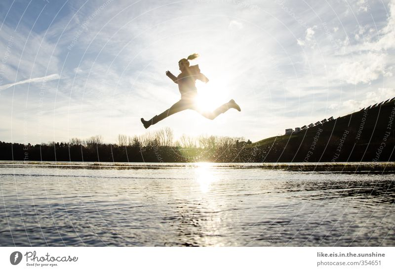 energized Mensch Frau Jugendliche Wasser Landschaft Freude Junge Frau Erwachsene Leben Sport Herbst feminin Gefühle Spielen Glück springen