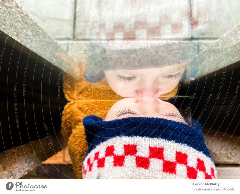 Mädchen blickt durch Fenster Reflexion eine Person Frau allein Quarantäne jung Coronavirus covid-19 träumend Gefühle Glas Ausdruck deprimiert begrenzt Käfig